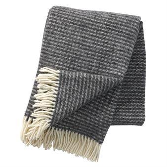 Det stilrene Ralph-ullpleddet kommer fra Klippans Yllefabrik og har et klassisk mønster med striper. Pleddene er av økologisk lammeull og er miljøvennlige. De holder deg også varm på kalde vinterdager og sommernetter og blir en pen, tidløs detalj på sofaen. Kombiner gjerne med andre tepper fra Klippans Yllefabrik!