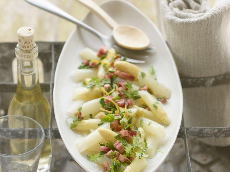 Diesen saisonalen Salat mit Spargel müsst Ihr probieren. Spargelsalat mit Rhabarber-Vinaigrette - smarter - Kalorien: 99 Kcal - Zeit: 1 Std.  | eatsmarter.de