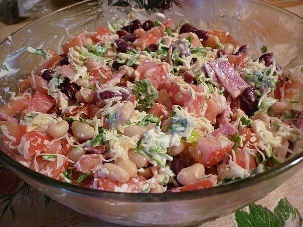 """Салат """"Обжорка""""!  Простой салат в приготовлении, без всяких изысков, но всегда идет на """" ура"""". Продукты для этого салата есть у каждого в холодильнике. Итак, что нужно: - 1 банка консервированной фасоли ( только не в томате), -2 помидора,  -50 гр. петрушки, -50 гр. копченой колбасы,  -50 гр. сыра,  -2 ст. ложки майонеза.   Колбаса режется соломкой, сыр трется на мелкой терке, помидоры крошатся кубиками, петрушку мелко покрошить, все ингредиенты смешиваются и заправляются майонезом. Вкусно…"""