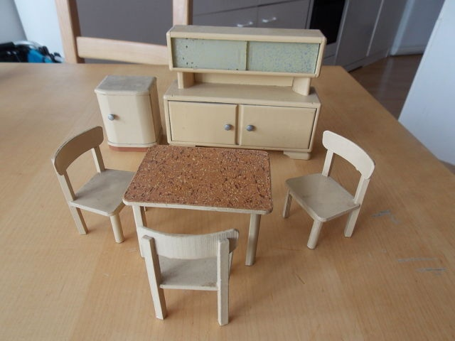 alte puppen m bel puppenstube k che tisch st hle k chenschrank gro klein ebay sold for 32. Black Bedroom Furniture Sets. Home Design Ideas