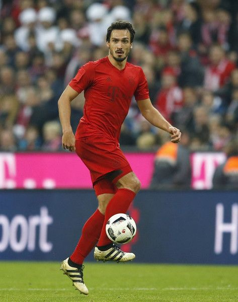 Mats Hummels Photos Photos - Mats Hummels of FC Bayern Muenchen runs with the ball during the Bundesliga match between Bayern Muenchen and TSG 1899 Hoffenheim at Allianz Arena on November 5, 2016 in Munich, Germany. - Bayern Muenchen v TSG 1899 Hoffenheim - Bundesliga