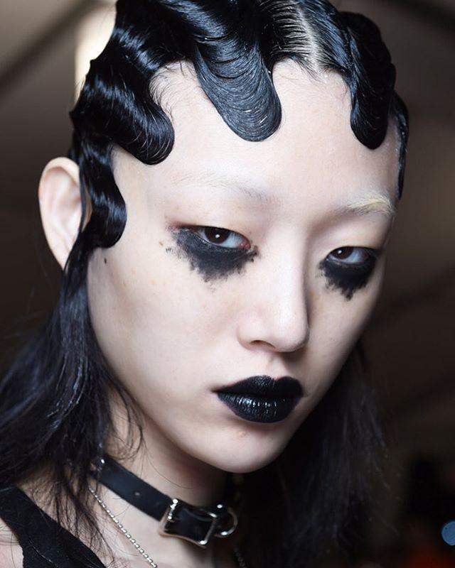 Вот уже которой сезон подряд, образы с шоу Марка Джейкобса на Неделе моды в Нью-Йорке становятся самыми любимыми. И это шоу не исключение.  Вдохновляет все, место проведения, свет, пронизывающий тибетский колокольчик из саундтрека, нарочитый oversize, макияж от Nars и волосы. Шесть образов героинь, навеянных выступлениями Элиса Купера, осветленные брови для трансформации лиц. Первый образ с черными матовыми тенями, небрежно нанесенными на нижнее веко и черными лаковыми губами или второй…