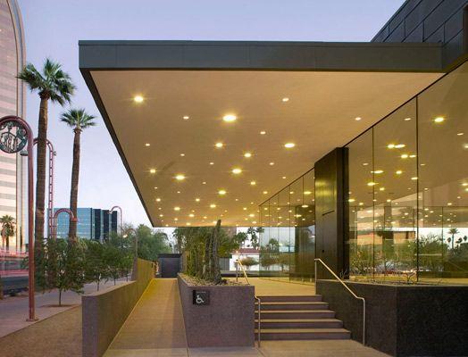 Phoenix Art Museum | Axis Facades luifel verlichting terras metaalplaat materialisatie