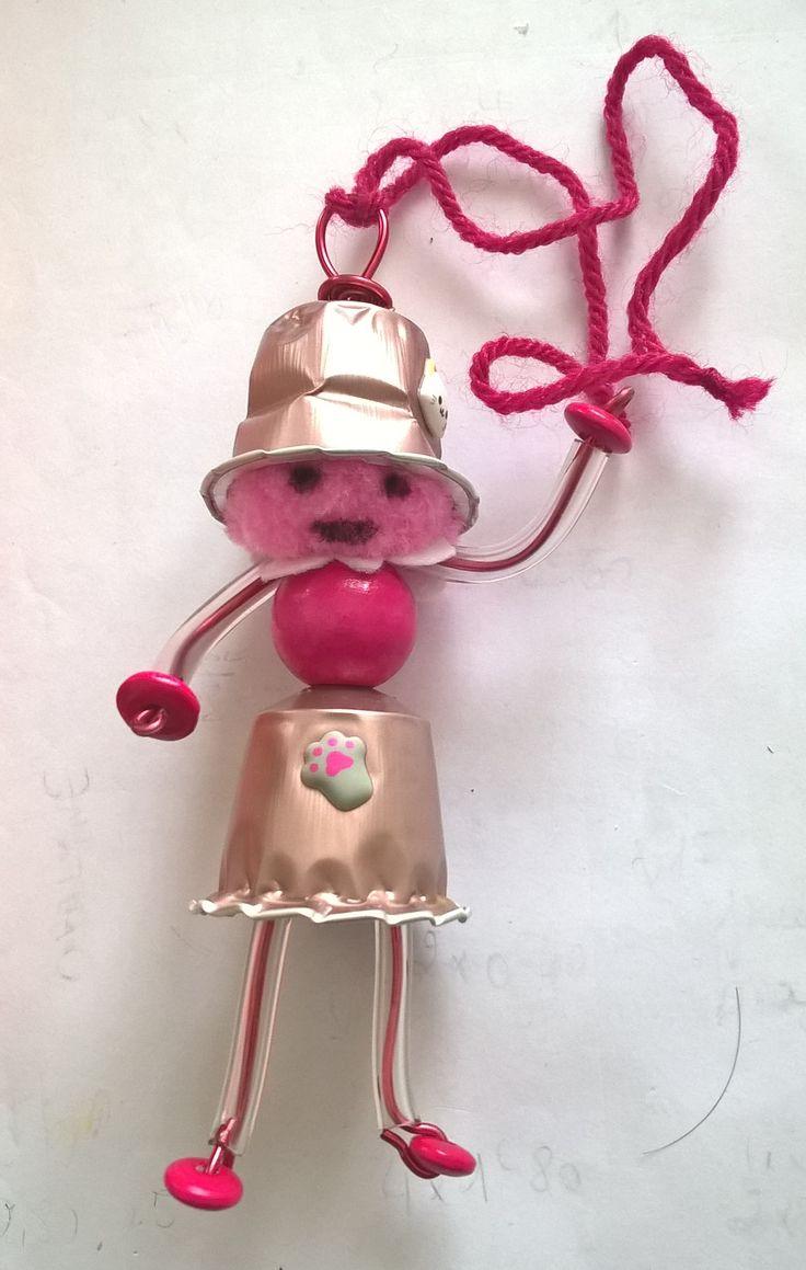 Une poupée Nespresso tout de rose vêtue - tête en pompon, bras et jambes avec fil Alu 1mm dans tube PVC transparents, pieds et mains rondelles en bois peint (1er essai... peut faire mieux, à revoir !) CatCec