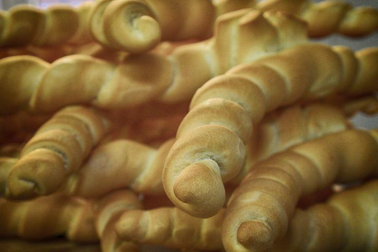 """""""Coppia"""" di pane ferrarese Questo è un tipico pane estense. La versione più rassomigliante nella forma all'attuale coppia ferrarese si può far risalire al Carnevale del 1536, allorchè in una cena imbandita in onore del duca di Ferrara, secondo la leggenda, messer Giglio presentò in tavola un pane ritorto, con i caratteristici """"crostini"""" aventi una forma simile a cornetto. PER VOTARE QUESTA FOTO http://www.dallapianta.it/blog/wp-content/plugins/wp-photocontest/viewimg.php?post_id=505_id=120"""