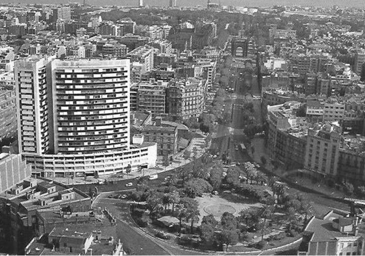 BARCELOFÍLIA: Fort Pienc. 1975.- Una altra imatge de la plaça Tetuan, empetitida per l'impacte visual del gratacels que s'hi va construir a començaments de la dècada