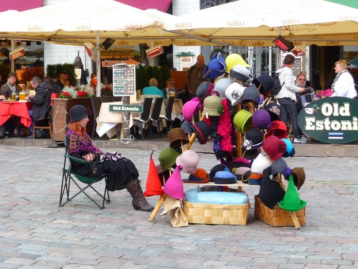 Tallinn (Estonia). Bancarella Cappelli in Raekoja Plats. Hats.