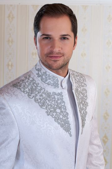 Egyedi tervezésű Bocskai öltöny. A hófehér brokát anyagon az ezüst zsinórmintázat gyönyörűen mutat és nagyon elegáns