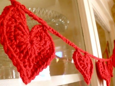 Tutorial on valentine garland fun, quick and colorful for Valentine's Day. #crochet, #hearts #valentines http://sarahndipities.indiemade.com/blog/things-make-crochet-heart-garland-pattern