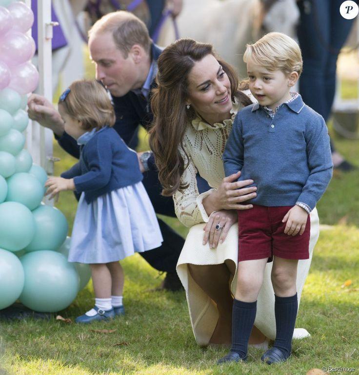 Le prince William et Kate Middleton participaient le 29 septembre 2016 avec leurs enfants le prince George et la princesse Charlotte à une fête avec des familles de militaires à la Maison du Gouvernement de Victoria, en Colombie-Britannique, lors de leur tournée royale au Canada.
