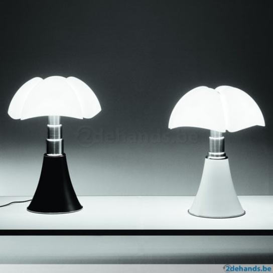 De beroemde tafellamp Pipistrello van Martinelli Luce is een design van ontwerper Gae Aulenti (volledige naam Gaetana) uit 1965. Via de kogel in het midden van de kap kunt u de lamp in hoogte verstellen. Een absoluut designicoon in jugendstil/art nouveau. Aan de unieke, organische vorm van de kap kunt u zien waar Gae Aulenti haar inspiratie vandaan haalde. Pipistrello is Italiaans voor vleermuis. Prijs: 750,- euro, inclusief bezorgen.