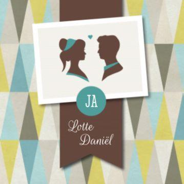 Trouwkaart met retro patroon als achtergrond. Banner met jullie namen en polaroid met twee silhouetten.