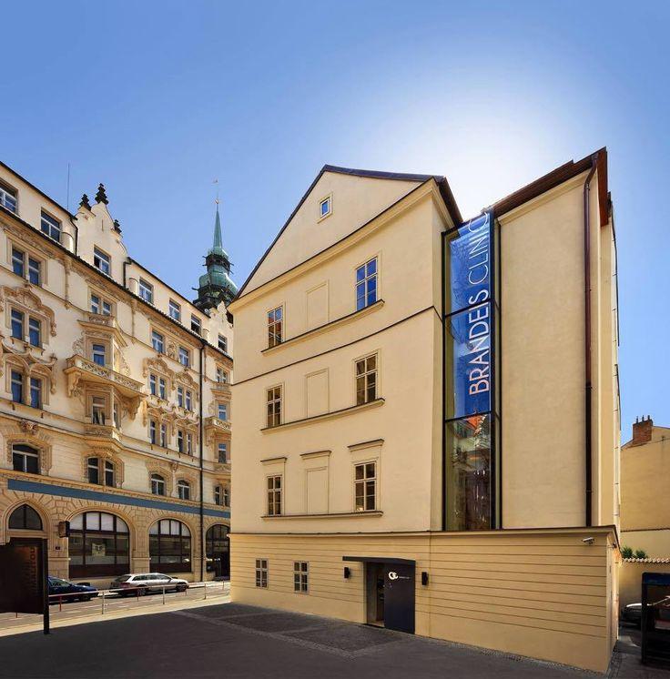 Brandeis clinic se nachází u zadního vchodu hotelu Paříž a zadního vchodu do Kotvy. Praha 1, Králodvorksá 13.