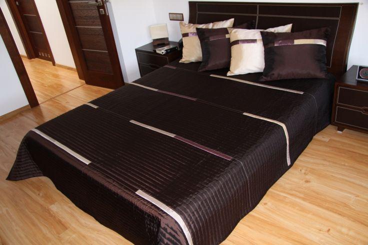 Prikrývky cez posteľ tmavohnedej farby s béžovými pruhmi