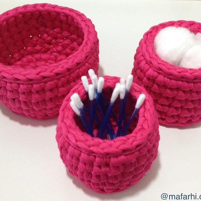Kit rosa choque prontinho para decorar um banheiro! #trapillo #cestos #fiodemalha #banheiro #decora #handmade #feitoamao #crochet #tshirtyarn #organização #maiscorporfavor #rosachoque #rosa