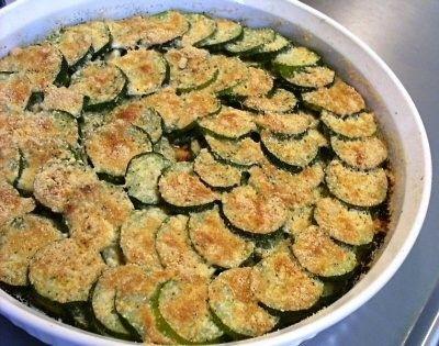 Le zucchine gratinate sono un contorno gustoso che si prepara in pochissimo tempo. Inoltre sono un valido apporto di acqua e vitamine, molto azzeccate quindi anche per il caldo estivo.