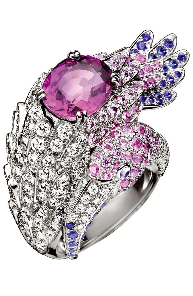Boucheron - Anillo Flamingo en oro blanco con un gran zafiro rosa, pavé de zafiros azules, rosas y violetas y diamantes.