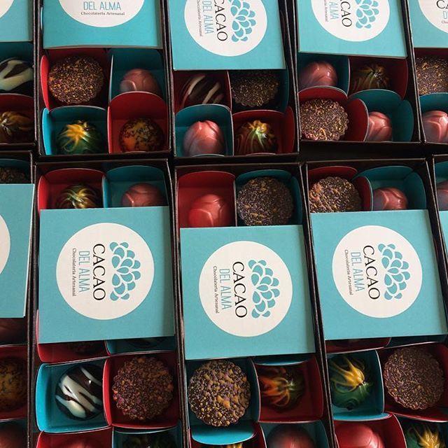 Seguimos dándole con toda a las últimas entregas de pedidos del año.   Clientes felices con nuestros chocolates CACAO DEL ALMA cargados de emociones !!!#cacao #chocolates #compracolombiano #regalos #navidad