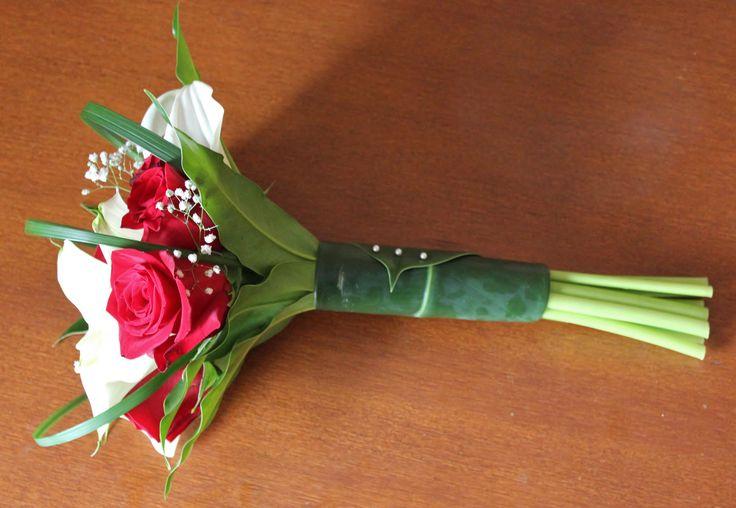 Ramo de rosas rojas y calas blancas con toque de paniculata. La empuñadura se realizo con hojas de laurocerasus para un diseño natural completo #ramosdenovia #unico #exclusivo #diseño #flores #rosas #calas #arreglosflorales #novias #celebracion #leavesdesign