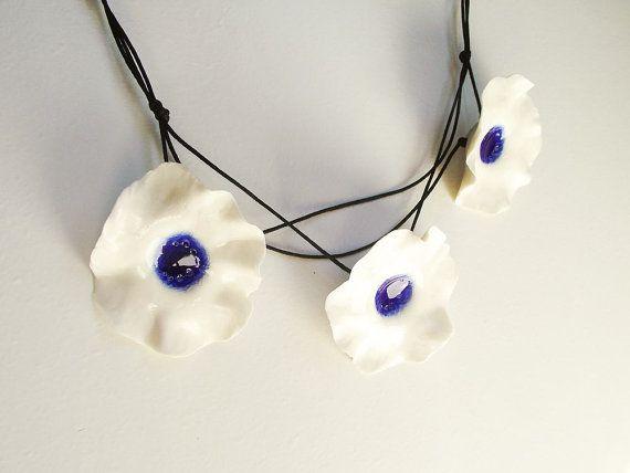 Tres flores blancas son togheter conjunta para hacer este collar fresco. Las flores se hacen con porcelana de Limoges y esmaltadas con un esmalte