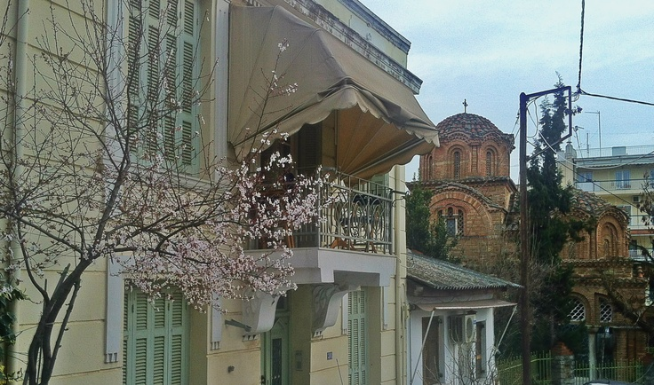 The byzantine church of Agia Aikaterini stands out behind this wonderful house with its blossoming almond tree. (Walking Thessaloniki / Route 10, Ano Poli b)