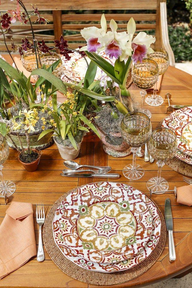 Louças estampadas,taças em cristal no tom verde e outros detalhes para uma mesa no jardim com tons outonais!