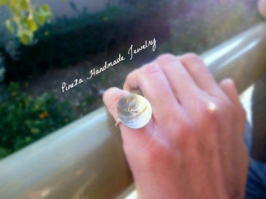 Fildisi | myartshop Συρμάτινο δαχτυλίδι με φιλντισένιο κουμπί.