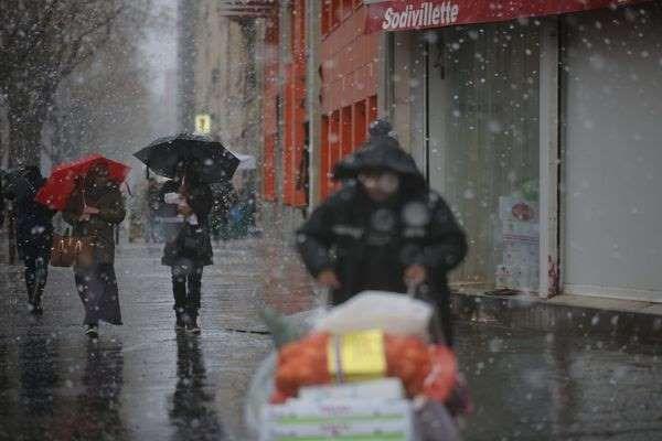 """En raison d'une tempête hivernale """"très violente"""" qui arrive ce jeudi sur le pays, Météo France a placé 48 départements en alerte orange, et 5 autres en vigilance rouge, face aux risques liés aux rafales, aux chutes de neige et à la survenue du verglas."""