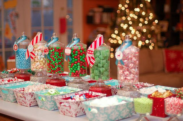Gingerbread House decorating party. I need to restart this tradition! So much cuter displayed this way. Maybe a family gingerbread decorating party...Christmas Parties, Cute Ideas, Gingerbread Parties, Decor Parties, Christmas Candies, Parties Ideas, Gingerbread Houses, House Parties, House Decor