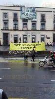Xalapa, Ver., 27 de agosto de 2015.- Un grupo de personas que dijo ser simpatizante del PRD se manifestó en Plaza Lerdo en contra de las desapariciones forzadas; colocaron zapatos en la escalinata y repartieron volantes a los transeúntes.