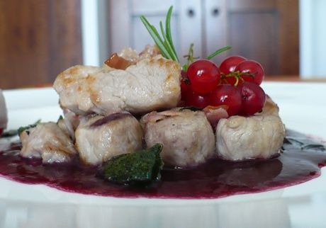 Chunks of pork, cranberry sauce, bacon and strawberries with balsamic reduction #food #piemonte #italy #provinciadicuneo