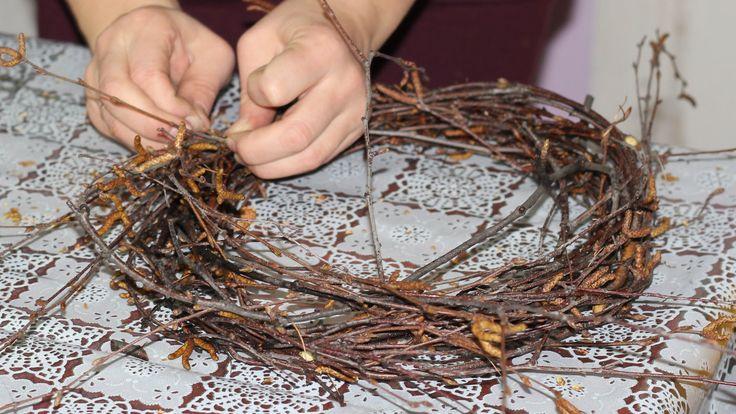 Наши мастер-классы: http://mk.delki.ru/ Основу новогоднего/рождественского венка для последующего декорирования можно делать из веток различных деревьев. В э...