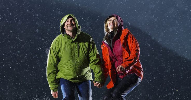 Cómo quitar las manchas de grasa de una chaqueta impermeable. Las chaquetas impermeables ofrecen una protección ligera contra la lluvia, el aguanieve y la nieve mientras aísla el cuerpo contra del frío y el viento. Al igual que todos los vestidos, las chaquetas están expuestas rutinariamente a una variedad de suciedad, grasa y mugre. Las manchas de grasa pueden ser difíciles de eliminar de cualquier tipo de ...