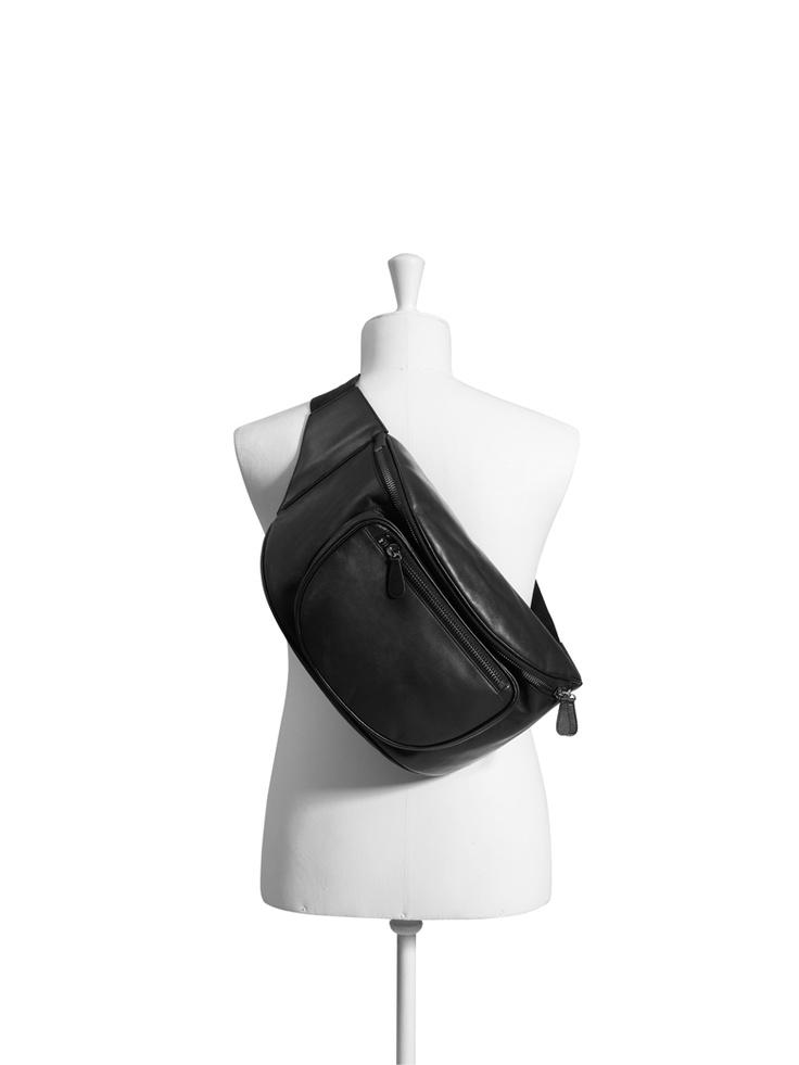Le sac banane XXL - Martin Margiela pour H & M -    Le sac banane, qui a connu ses beaux jours dans les 90's, ressurgit en version sac à dos XXL.