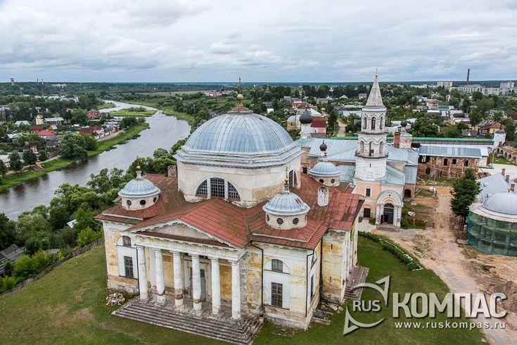 Вид на Борисоглебский монастырь с колокольни Спасской церкви ( город Торжок, Тверская область)