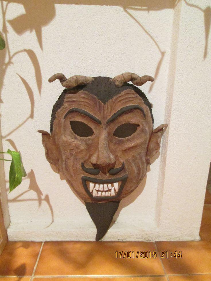 Maska - čert Maska z červené šamotové hlíny, ručně modelovaná. Rozměry 43x30 cm.