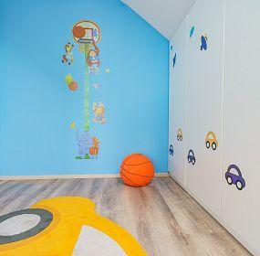 Dětský pokoj budoucího basketbalisty co miluje autíčka