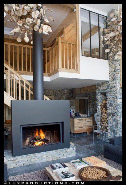 La pierre et le bois réchauffe l'intérieur du chalet aménagé de façon contemporaine. Des volumes intérieurs rééquilibrent son dessin extérieur qui ne pouvait être modifié.