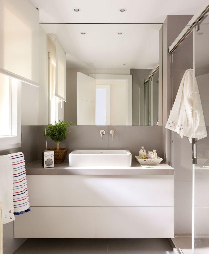 Baño pequeño con espejo sin marco