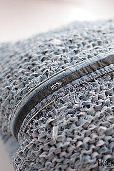 Kissen aus alter Jeans stricken - schoenstricken.de  Cushion knitted from old jeans!