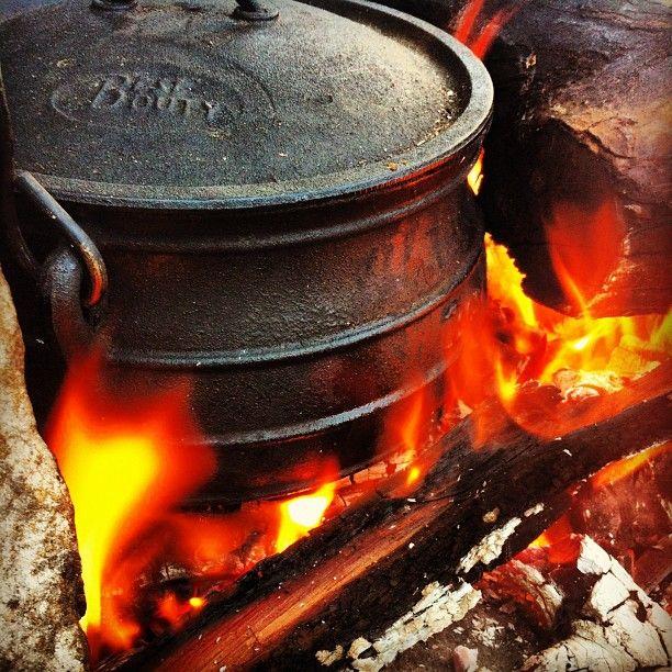 satay potjie braai kerrie en hoenderborsies in olie, Voeg by 1k water, heuning, sojasous, 1/4k grondbonebotter sout. Kook deur. Voeg as groentes by: uie, butternut, patat, rooi en geel soetrissies.