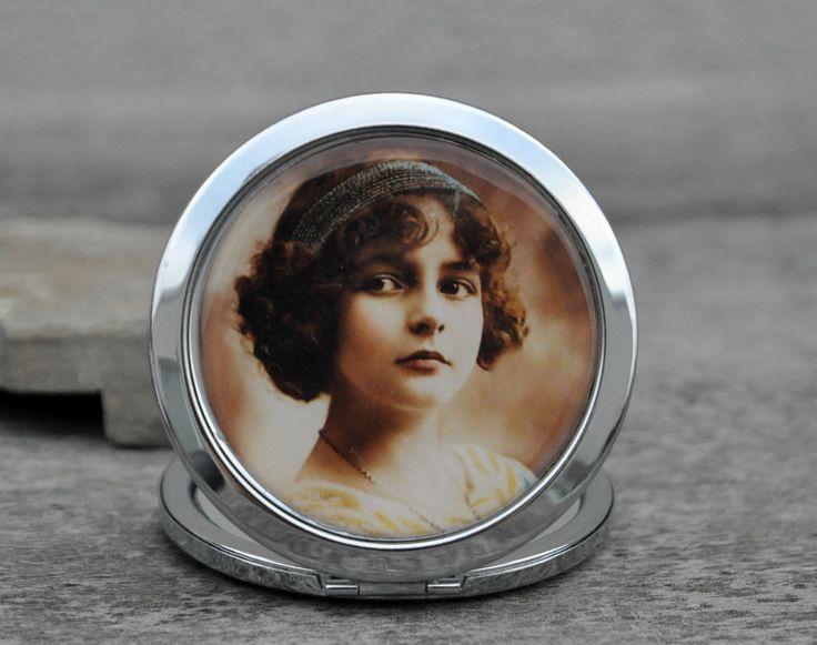 Zrcátko s děvčátkem Zavírací zrcátko do kabelky, se obrázkem děvčátka. Uvnitř dvě zrcátka, jedno z nich je zvětšovací. Motiv je zpracován ze staré pohlednice, je překryt epoxy čočkou.