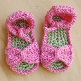 Make your sweet girl these cute and easy bow sandals with this free crochet pattern.