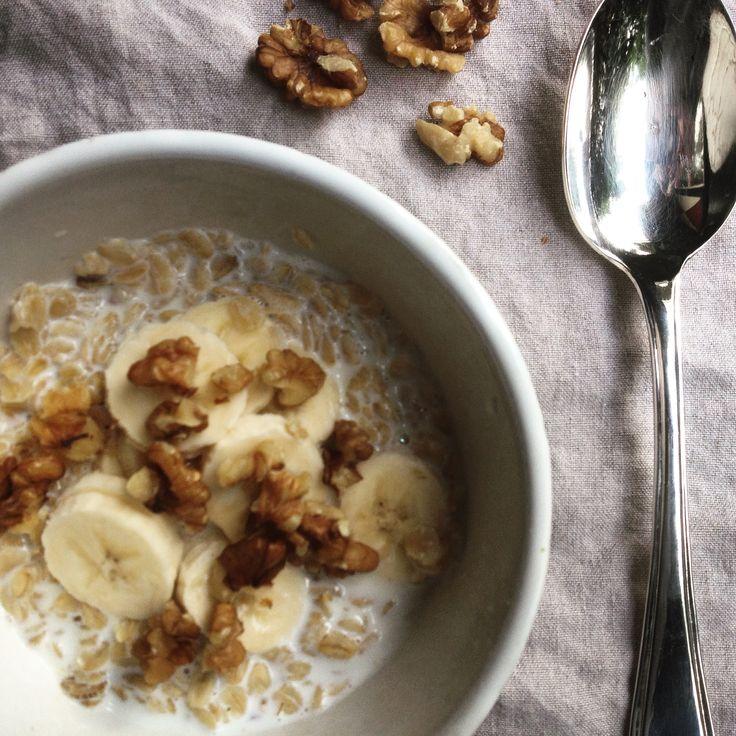 Warm ontbijt: havermout met amandelmelk, banaan en walnoten. Met koud weer is een warm ontbijt heerlijk. Dit recept is detox proof, past in een detox kuur!
