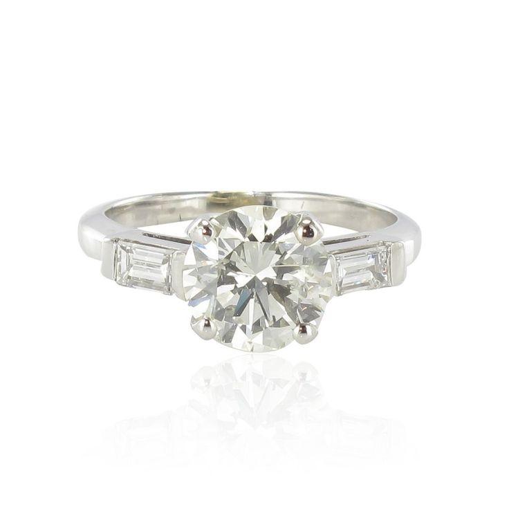 Bague diamants et diamants baguette.  Une bague diamants indémodable inspirée des lignes du solitaire diamant art déco. http://www.bijouxbaume.com/bague-diamant-et-diamants-baguettes-a2029.html