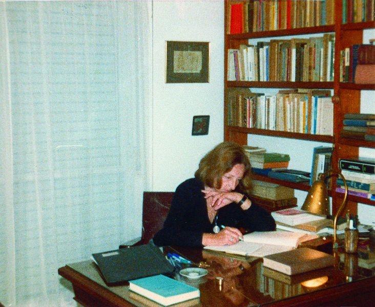 Idea Vilariño en Su Escritorio. Compartido por Ana  Inés Larre Borges. Fotógrafo desconocido.
