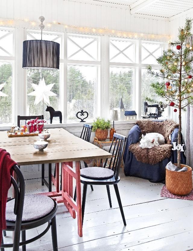 Vanhan talon valoisa lasikuisti. Light glass porch in an old house.   Unelmien Talo&Koti Kuvaaja ja toimittaja Camilla Hynynen