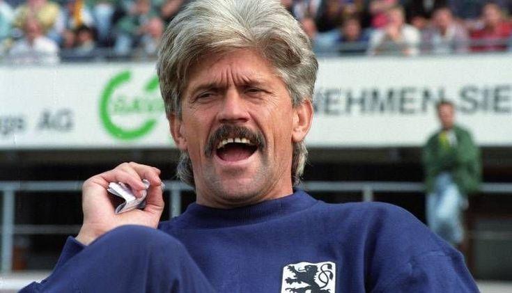Werner Lorant ist ein wirkliches Original. Als Spieler (329) sowie Trainer (243) war er ein echter Wandervogel. Mit Eintracht Frankfurt gewann er den DFB-Pokal, als Coach kennt man ihn an der Seitenlinie von 1860 München. Später tingelte er noch fleißig durch die Weltgeschichte.