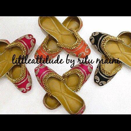 Beautiful punjabi jutti Beautiful cushioned Pure leather with beautiful hand embroidered. ..and ghungro  We ship world wide  #punjabi #punjabijewelry #punjabibride #punjabiwedding #sikhbride #yyc #indianwedding #asianbridal #punjabijutti#punjabi #jatti#ghungroo#canada #uk #navratnanecklace #usa #wedding #brides #surreypunjabi #surreyevents #brampton #canada