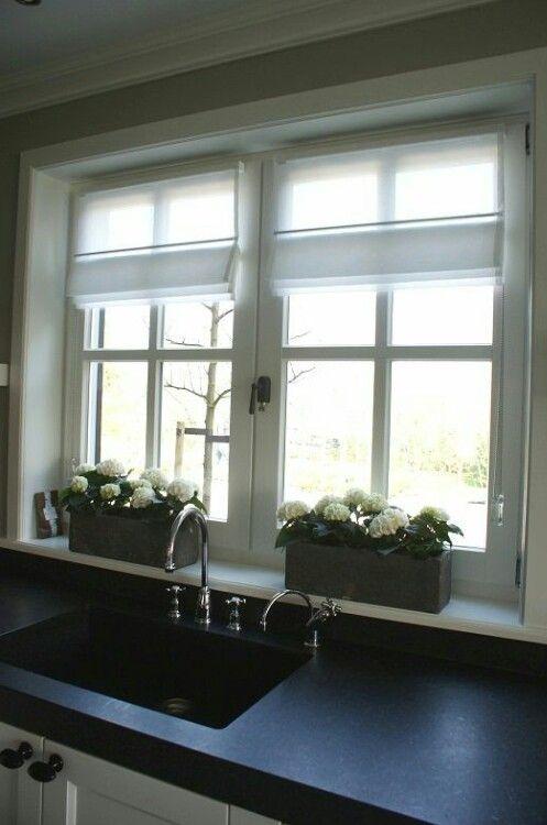 25 beste idee n over vensterdoos bloemen op pinterest bloembakken bloembakken en cottage patio - Winkel raam keuken ...